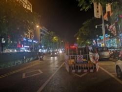 近期文昌修路在文城镇热点区域文昌中学大门直面路段